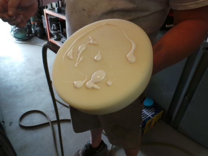 The white polishing pad matches the white Synthetic Wax Protectant cream.