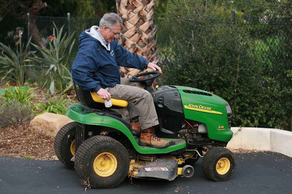 Lawn Tractor Safety : Lawn mower safety that you may be overlooking