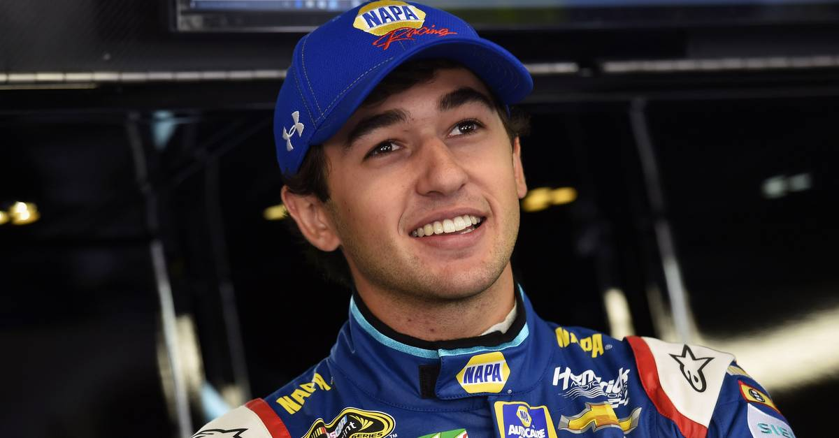 Chase-Elliott-New-Hampshire-2016-NAPA-AUTO-PARTS-24-garage