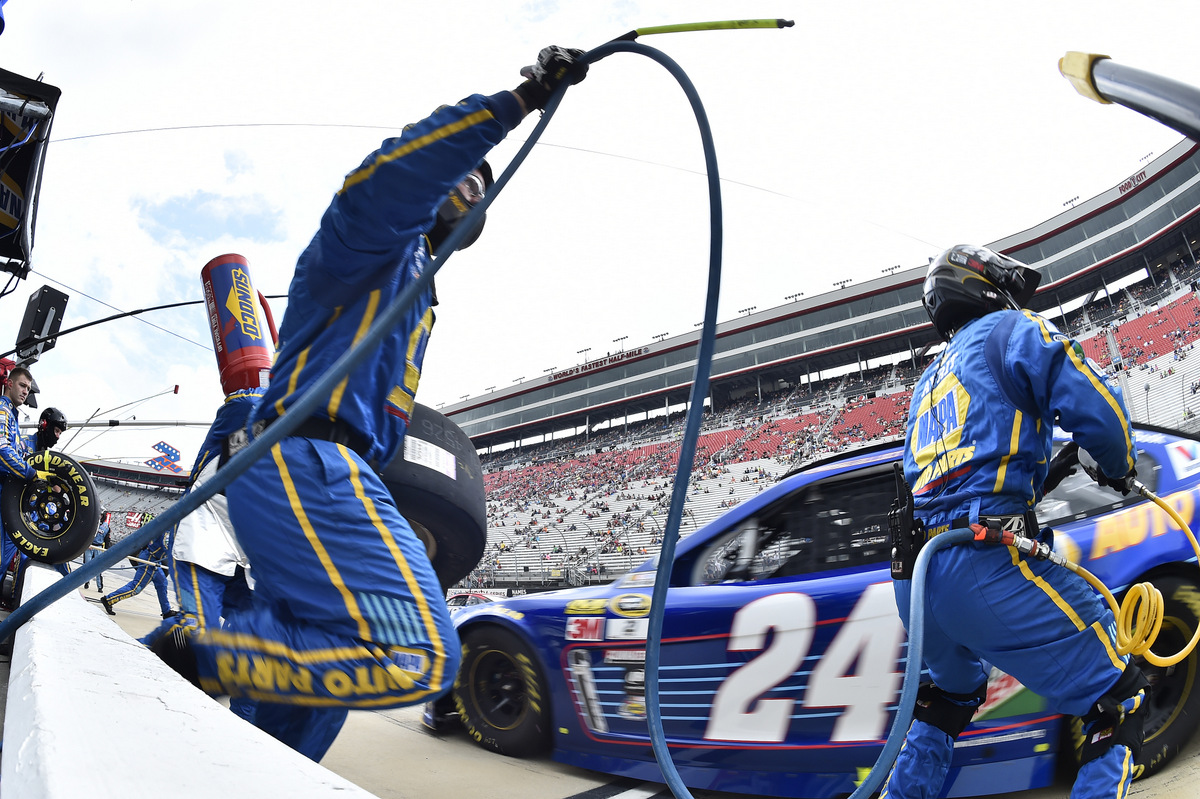 19-20 August, 2016, Bristol, Tennessee USA Chase Elliott (24), makes a pit stop ©2016, John Harrelson / NKP