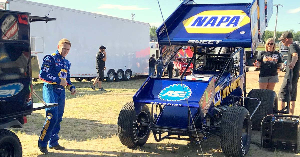 Brad-Sweet-top-fives-Deer-Creek-Cedar-Lake-2017-NAPA-AUTO-PARTS-sprint-car-pit