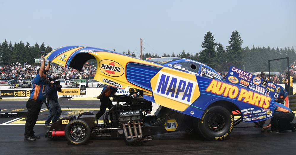 Ron-Capps-NAPA-AUTO-PARTS-funny-car-NHRA-Northwest-Nationals-2017-preparing