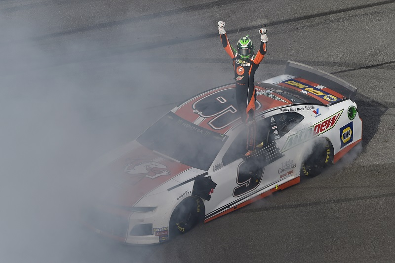 #9: Chase Elliott, Hendrick Motorsports, Chevrolet Camaro Mountain Dew / Little Caesar's celebrates his win