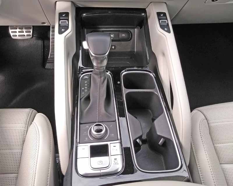 Kia Telluride center console and shifter