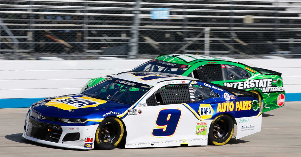 #9: Chase Elliott, Hendrick Motorsports, Chevrolet Camaro NAPA Auto Parts, #18: Kyle Busch, Joe Gibbs Racing, Toyota Camry Interstate Batteries