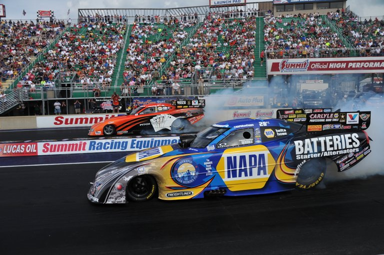 Capps lines up against DSR teammate Johnny Gray