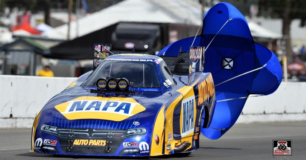 Ron-Capps-NAPA-Racing-NHRA-Funny-Car-chutes-2015.