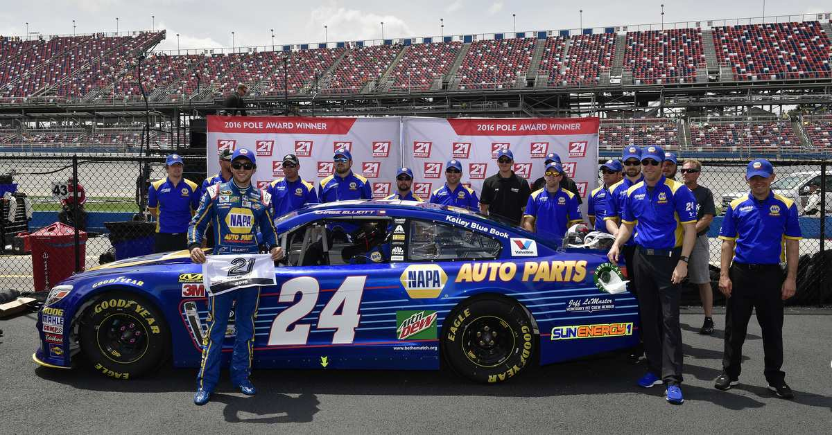 Chase-Elliott-Talladega-Superspeedway-2016-NAPA-AUTO-PARTS-24-Pole-Winner-Team