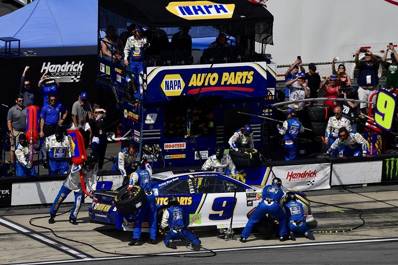 #9: Chase Elliott, Hendrick Motorsports, Chevrolet Camaro NAPA Auto Parts makes a pit stop, Sunoco