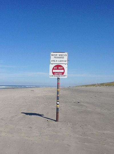 https://upload.wikimedia.org/wikipedia/commons/4/47/Driving_instructions_on_the_beach.jpg