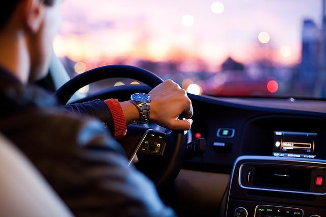 https://pixabay.com/en/car-traffic-man-hurry-1149997/