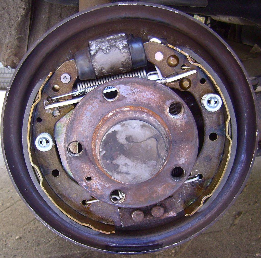 Drum brake (https://commons.wikimedia.org/wiki/File:Trommelbremse.JPG)