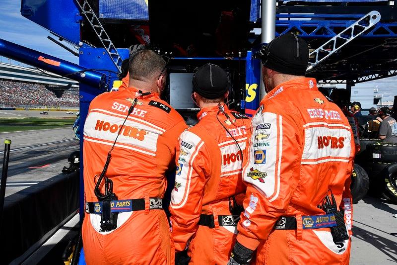 #9: Chase Elliott, Hendrick Motorsports, Chevrolet Camaro Hooters crew