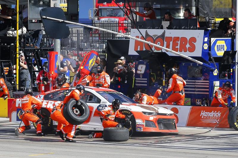 #9: Chase Elliott, Hendrick Motorsports, Chevrolet Camaro Hooters pit stop