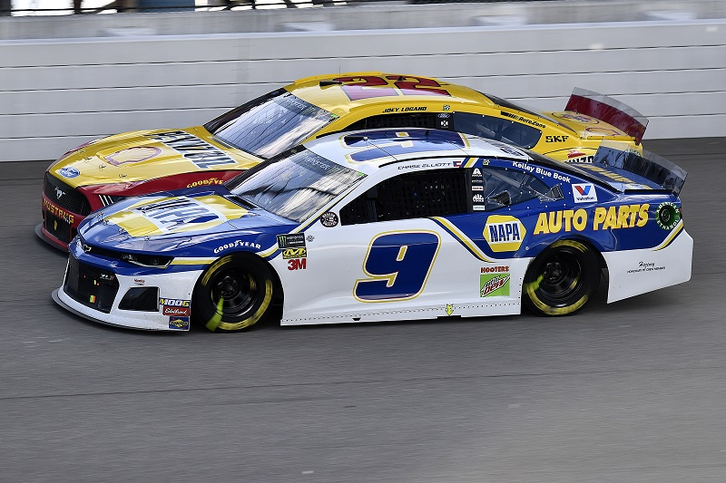 #9: Chase Elliott, Hendrick Motorsports, Chevrolet Camaro NAPA AUTO PARTS and #22: Joey Logano, Team Penske, Ford Mustang Shell Pennzoil