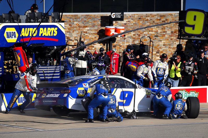 #9: Chase Elliott, Hendrick Motorsports, Chevrolet Camaro NAPA AUTO PARTS pit stop