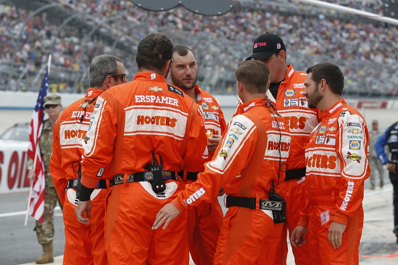 #9: Chase Elliott, Hendrick Motorsports, Chevrolet Camaro Hooters Give a Hoot Crew