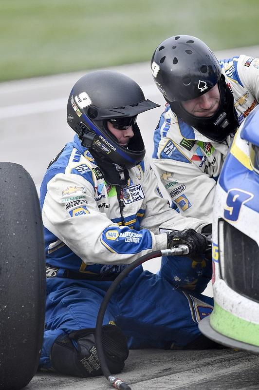 #9: Chase Elliott, Hendrick Motorsports, Chevrolet Camaro NAPA AUTO PARTS crew Nick O'dell