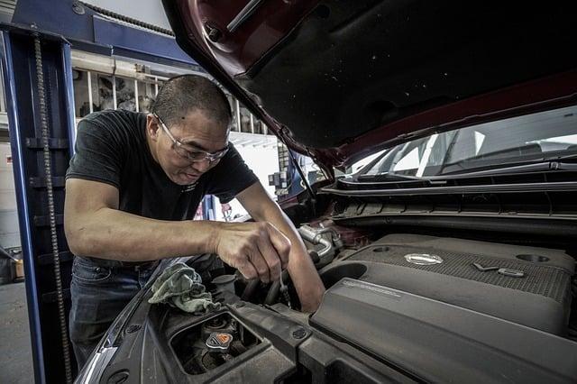 https://pixabay.com/photos/auto-repair-oil-change-oil-auto-3691962/