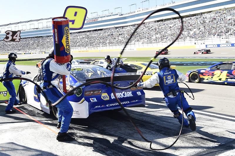 #9: Chase Elliott, Hendrick Motorsports, Chevrolet Camaro NAPA Auto Parts, makes a pit stop