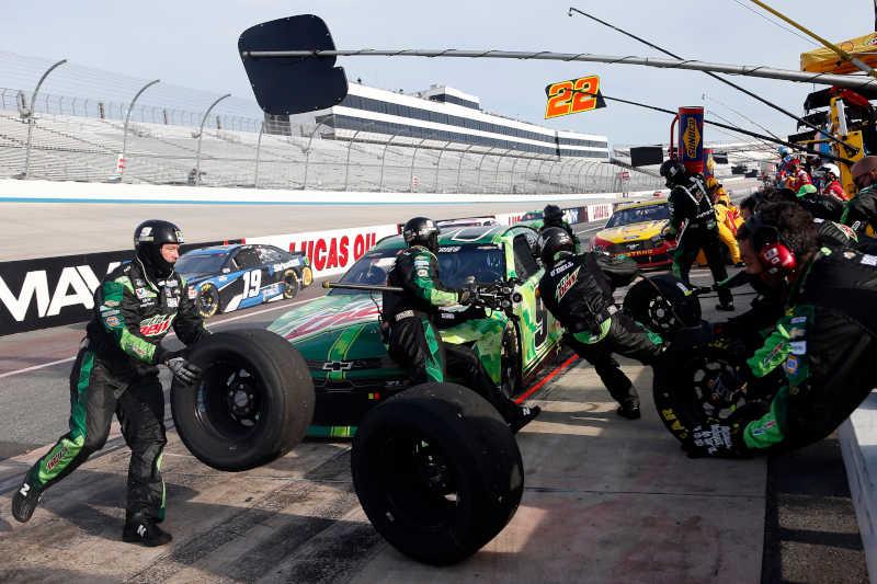 #9: Chase Elliott, Hendrick Motorsports, Chevrolet Camaro Mountain Dew/Team Rubicon pit stop