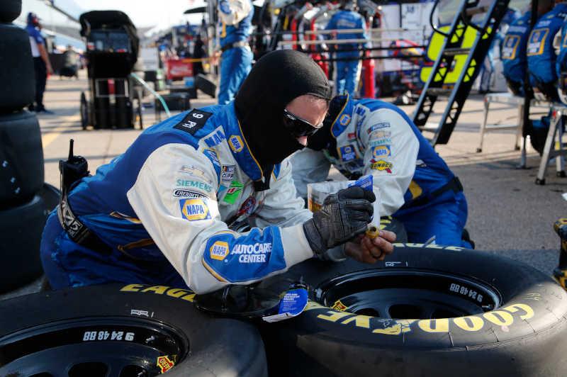 #9: Chase Elliott, Hendrick Motorsports, Chevrolet Camaro NAPA Auto Parts Crew Member