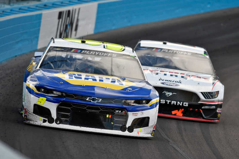 #9: Chase Elliott, Hendrick Motorsports, Chevrolet Camaro NAPA Auto Parts and #2: Brad Keselowski, Team Penske, Ford Mustang Discount Tire