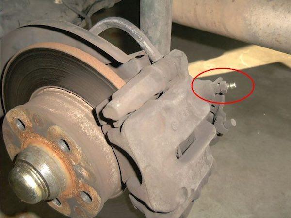 Disc brake bleeder valve