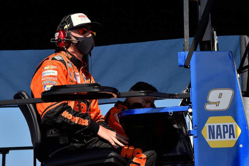 Alan Gustafson, #9: Chase Elliott, Hendrick Motorsports, Chevrolet Camaro Hooters Throwback