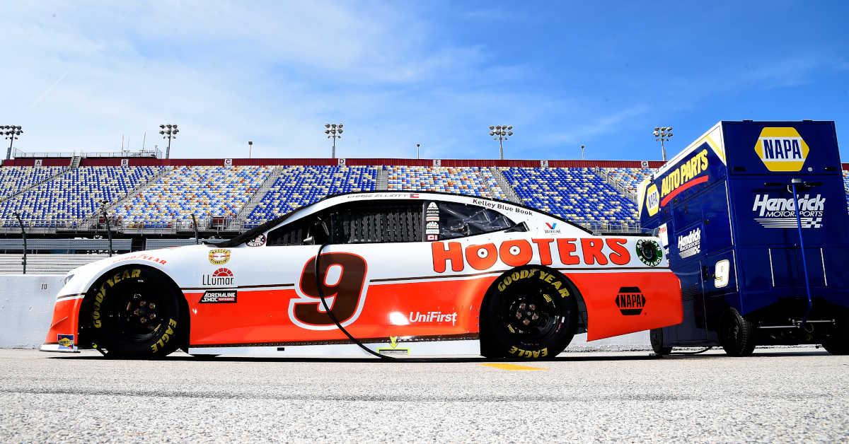 #9: Chase Elliott, Hendrick Motorsports, Chevrolet Camaro Hooters Throwback