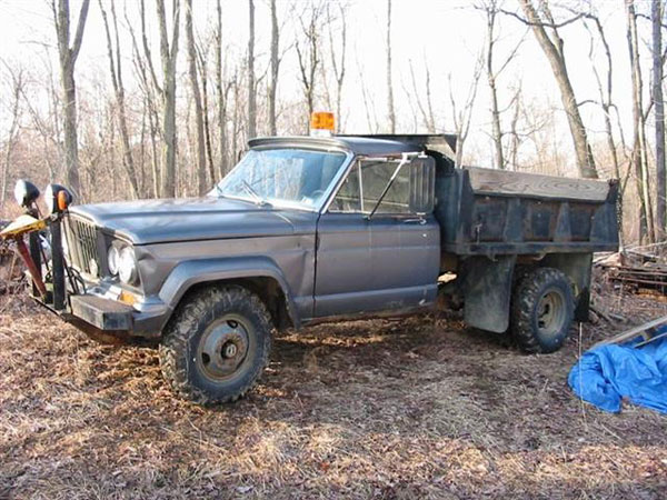 Dump truck bed on a Jeep Gladiator dually.